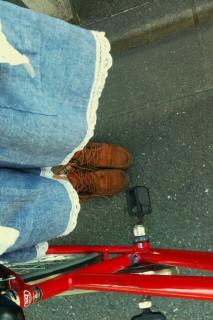 赤い自転車と水色スカート